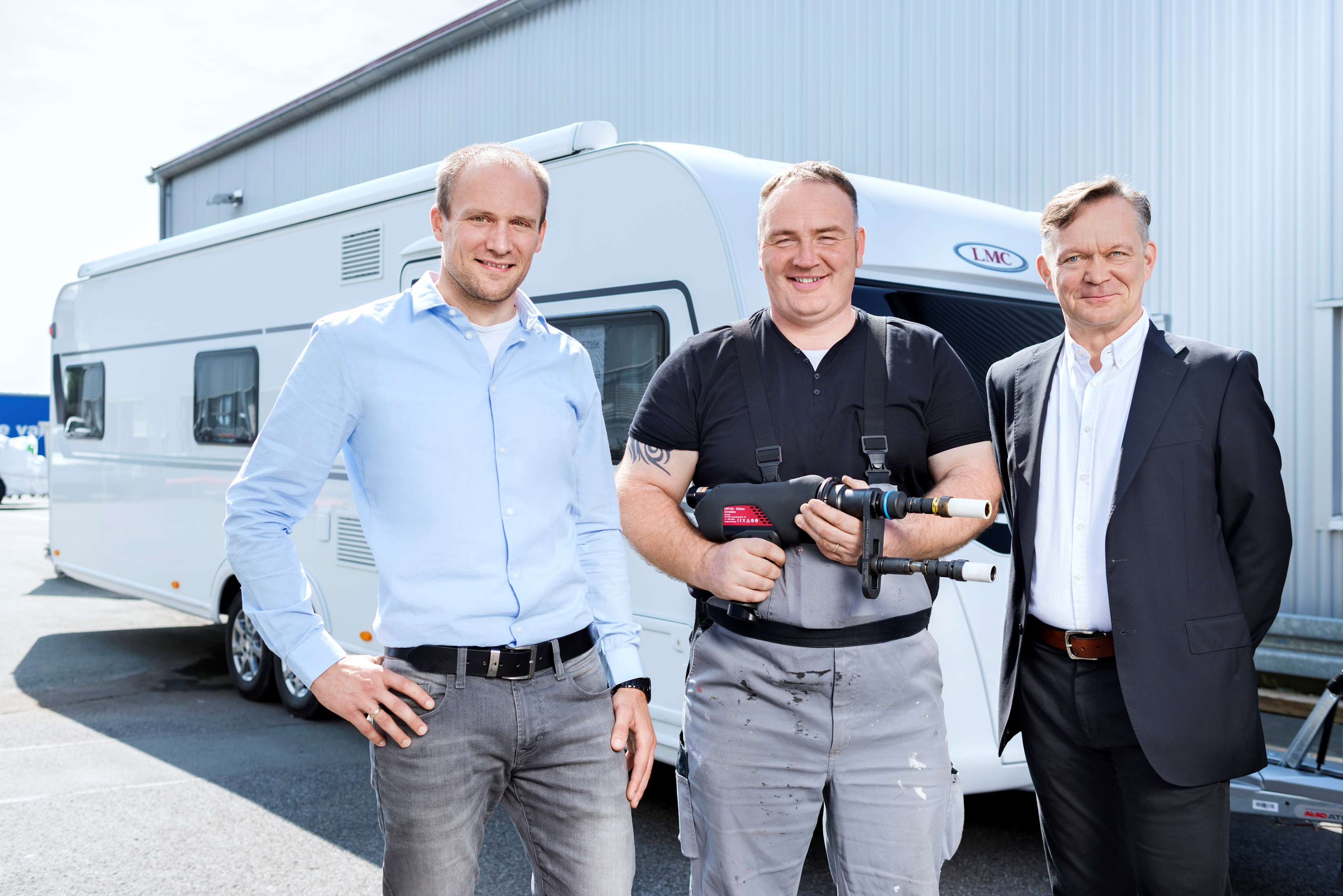 Michael Schürmann, Fachkraft für Arbeitssicherheit bei LMC, mit Wolfgang Ostermann, Teamleiter Chassis-Vorbereitung, und Sehrbrock-Verkaufsleiter Olaf Schmidt.